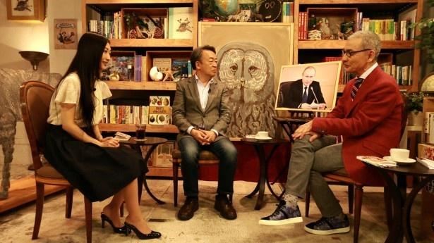 久米宏(写真右)と壇蜜(写真左)出演の「久米書店」で、自身の著書を解説する池上彰(写真中央)
