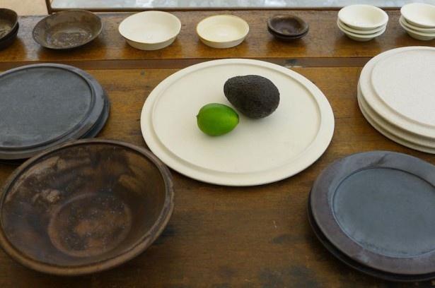 毎日の食卓で重宝しそうなシンプルな作品も多い