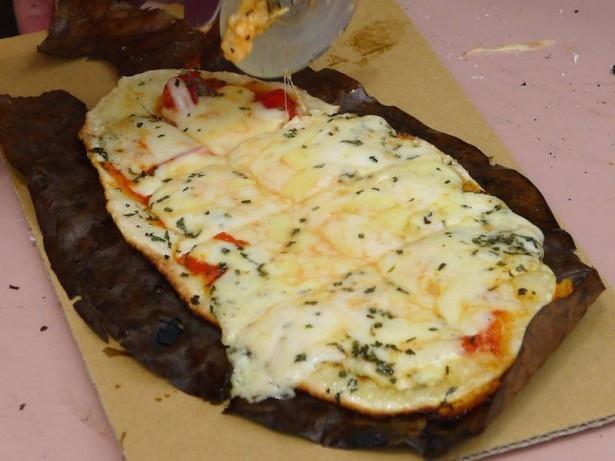 朴葉に乗せて焼いた手作りピザも陶炎祭の名物となっている