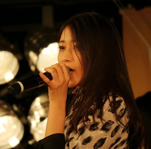 囲み取材では、リーダー・あやちょ(和田彩花)が新曲を紹介