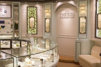 カップル向けのペアアクセサリーを中心に手がけるブランド、THE KISSの新業態THE KISS&PAIR RING CAFEもデビュー