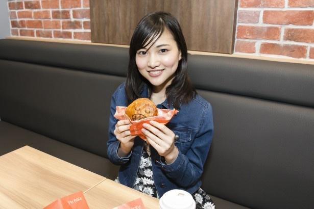 さっそく、同店で5月31日(火)まで限定の「ピリ辛白湯チキン」(390円)を試食!「パイに描かれた顔がかわいい〜!いただきます!」(水谷さん)