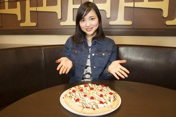 ピザが登場するやいなや、水谷さんの目がキラリと光る。「見た目も春らしい!フルーツとチョコの組み合わせってたまらない」(水谷さん)