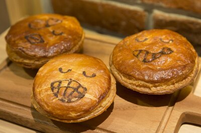 中身にあわせて顔が描かれたパイ。左から「ピリ辛白湯チキン」(390円)、スイーツパイの「アップルマンゴークリームチーズ」(320円)、「ケイジャンマヨシュリンプ」(390円)