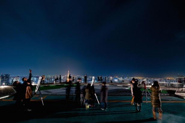 【写真を見る】「六本木天文クラブ」の星空鑑賞会の様子。360度遮るもののない空間で、夜空の星に酔いしれよう