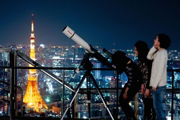 輝く夜景に囲まれながらの星空鑑賞会は、非日常感たっぷり!天文の専門家がレクチャーしてくれるので、初めての人でも安心だ