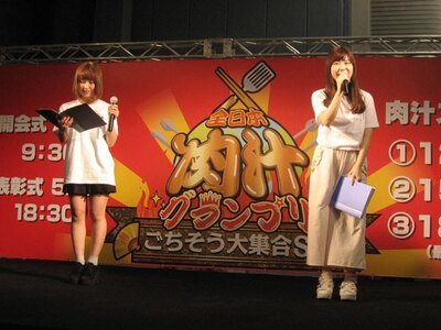 MCの島田玲奈(左)と、アシスタントの小石公美子(右)
