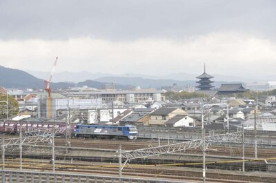 同館のスカイテラスから東寺の五重塔や京都タワーなどとともに、鉄道が走る姿も楽しめる
