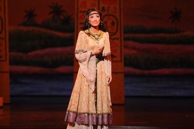 エジプトの囚人となったエチオピア王女・アイーダを演じる実咲凜音