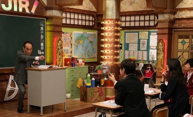 【写真を見る】あまりのしくじりの多さ故に、東国原は2限にわたる熱血授業を展開する