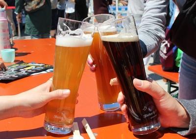 仲間とドイツビールで乾杯!