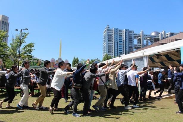 バンドのパフォーマンス中には、前の人の肩に手を置き、会場を練り歩く人々も!