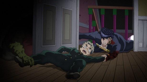 意を決した仗助が部屋の中へ飛び込もうとしたその瞬間、怪物のような手が康一の足をつかみ…