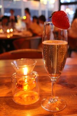 「苺のフルーツ酢とスパークリングのカクテル」(税抜900円)は、甘くフルーティーで飲みやすい