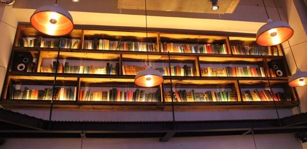 店内の壁には大きな本棚が。落ち着いた大人の空間に仕上がっている