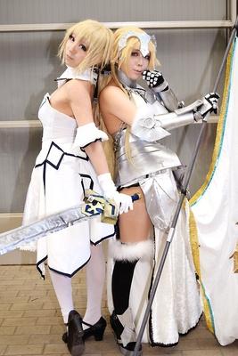 「Fate/Grand Order」のセイバー・リリィ(左:地獄遊戯さん)と、ジャンヌ・ダルク(右:まおだむさん)