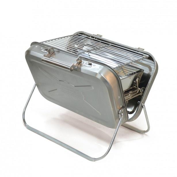 「b.c.l ポータブルグリルL シルバー」(8856円)は、ハンドル付きで持ち運びも便利。それぞれのパーツがばらせるので、簡単に手入れできるのもうれしい