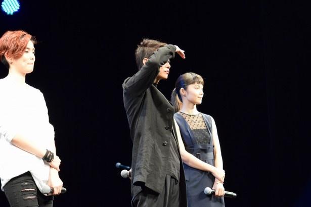 観客から感想を聞くことに。佐藤は手を挙げてくれるファンを探す