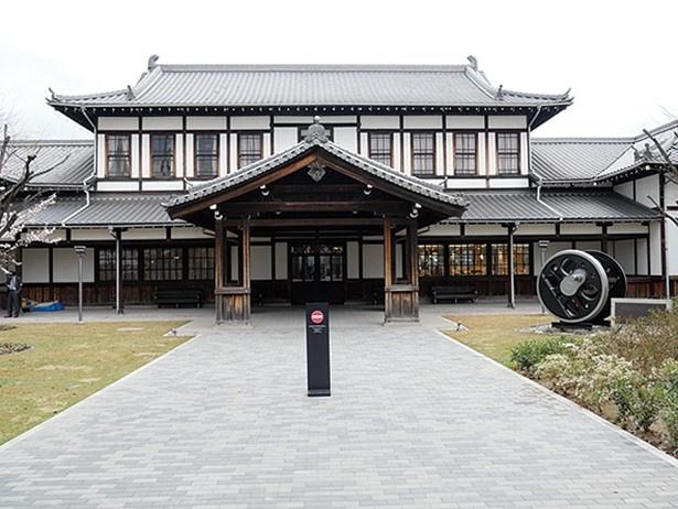 明治時代に建設された木造の旧二条駅舎。京都市指定有形文化財で、中はミュージアムショップとなっている