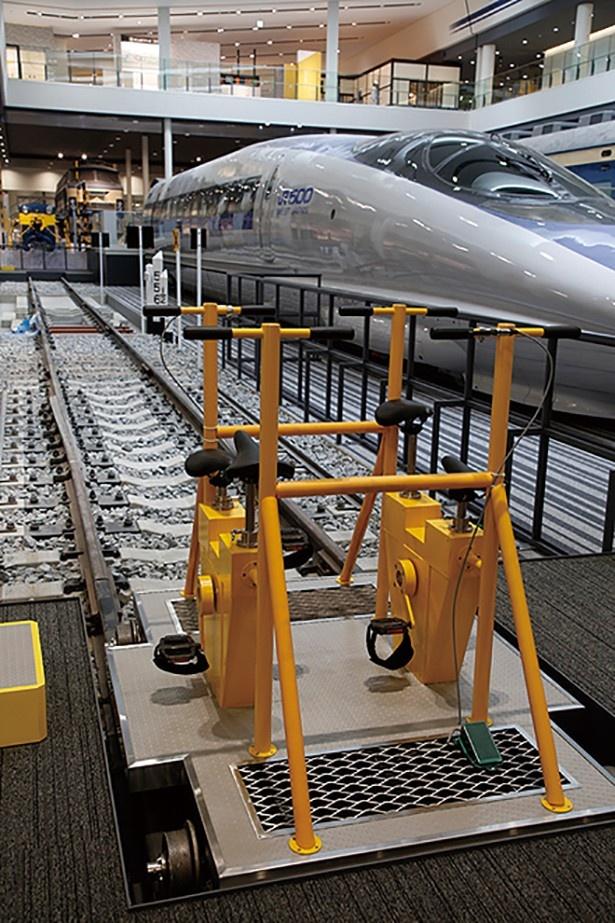 4500系新幹線を横目に眺めながら、軌道自転車で約30mの区間を体験。体験線に敷かれた枕木にも注目して