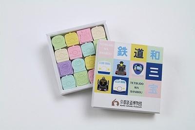 カラフルな「鉄道和三宝」(1080円)は、香川の和三盆糖を使用し、電車の正面の顔をかたどった和三盆
