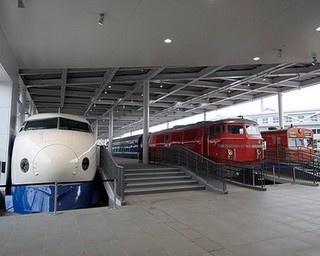 エントランスを入ってすぐの「プロムナード」には12両を展示。連結した状態で展示され、駅のホームにいるかのようだ