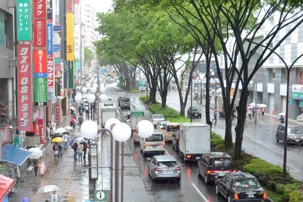 さまざまな店が通りの両側に並んでおり、日中は多くの人でにぎわっている(「北口大通り」)