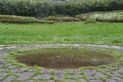 こどもの森にある、季節によって水の量が変わる「地底の泉」 (「国営昭和記念公園」)