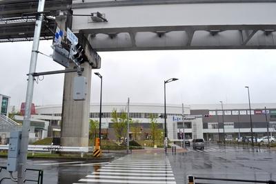 アニメに登場したスポットの正面には、大型商業施設の「ららぽーと立川立飛」が15年12月にオープン(「立飛駅南交差点」)