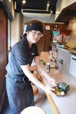 「横浜家系のラーメン店では珍しく、平日は9時からオープンしているので、朝ラーメンが食べられますよ」と話す「横浜家系ばりき家」副店長の鈴木賢さん