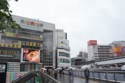 ラーメンスクエア立川などが入る「アレアレア」をはじめ、立川駅南口にもさまざまな商業施設が並ぶ
