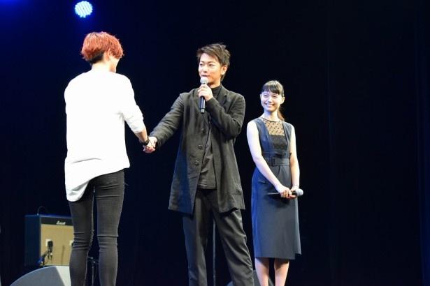 【写真を見る】HARUHIは主演の佐藤健とガッシリ握手を交わす!