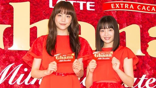 ロッテガーナミルクチョコレートのテレビCMに出演している松井愛莉と広瀬すず