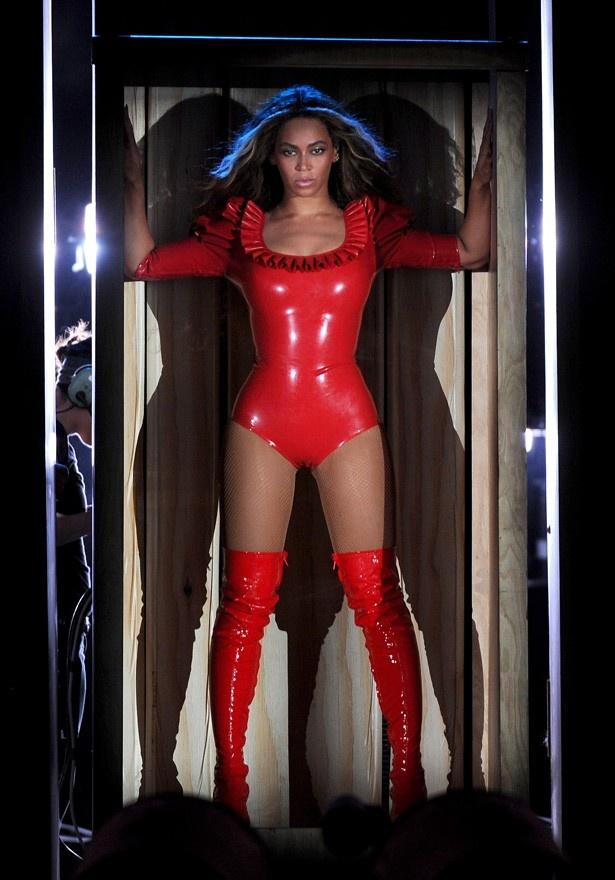 【写真を見る】ぴったりとした赤いレザーのボディスーツがセクシーなビヨンセ