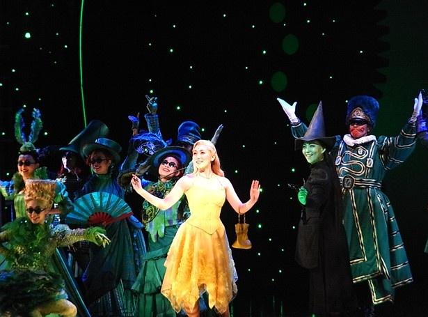 【写真を見る】オズの魔法使いに会うために、緑色に輝く大都会・エメラルドの都を訪れる2人。5月1日に行われた公開舞台稽古より
