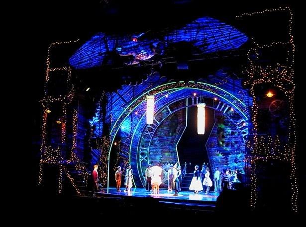 舞台の周りは額縁のように装飾され、上部には大きなドラゴンが。翼を広げた長さはセスナ機と同サイズ。煌びやかな演出や照明デザインも見どころだ。5月1日に行われた公開舞台稽古より