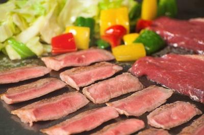豪華な「牛肉の鉄板焼き」は、タイムサービスで提供される