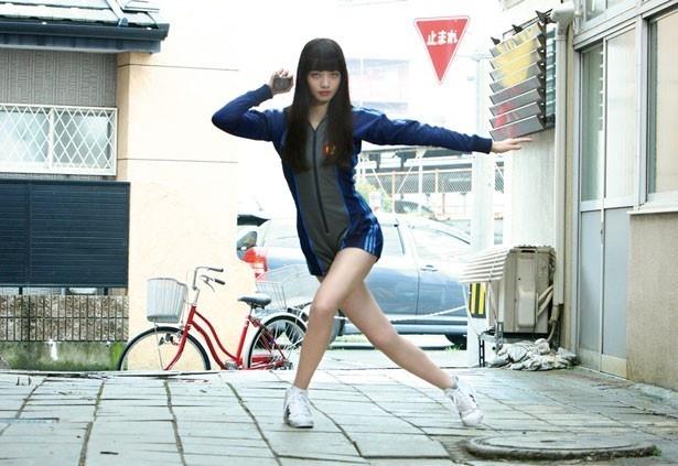 【写真を見る】小松菜奈のプロポーションの良さが際立つ名シーン