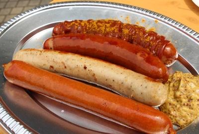 「フランツプレート」(2800円)に付いている、4種類のドイツソーセージ。どれもジューシーで肉汁が溢れ出る