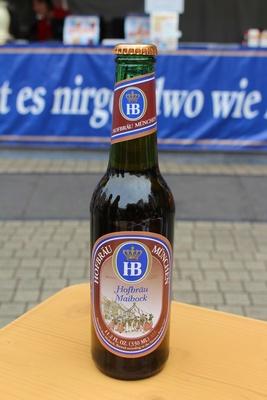 """瓶ビールの一押しは「ホフブロイ マイボック」(800円)。商品名の""""マイ""""とは、ドイツ語で""""5月""""の意味。アルコールは7%と高めだが、柑橘系の風味とキレのある味わいを楽しめる"""