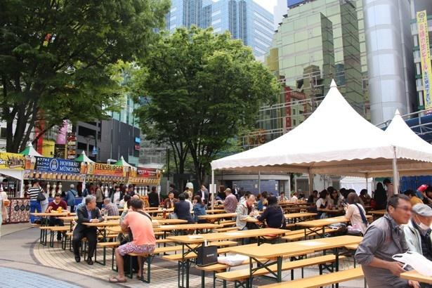 会場の池袋西口公園は、駅から徒歩すぐの好アクセス