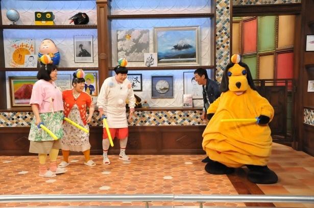 【写真を見る】「まんまコーナー」では明石家さんま(右奥)との2ショット写真を懸けてチャンバラ対決