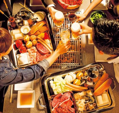 【写真を見る】焼肉店ならではの本格的な食材がそろう「天BBQコース(フリードリンク付き)」(大人1人5000円)/焼肉の名門 天壇祇園本店 鴨川スカイBBQガーデン