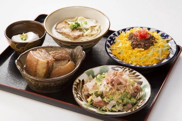 沖縄の伝統料理からB級グルメまでをひとつの御膳で楽しめる、琉球市場やちむんの「選べる沖縄御膳」 (1980円~2300円)