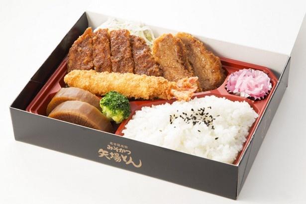 みそかつ 矢場とんの「名古屋盛り3種弁当」 (1620円)。別添のみそダレをかけて、好みの味に調整できる