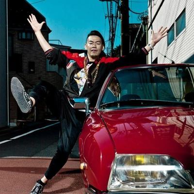 映像作家・長添雅嗣氏。武蔵野美術大学卒業後、映像制作会社teevee graphicsに参加。2008年に独立、映像ディレクターとして活躍。2009年N・E・W設立メンバーとして活動後、2016年にKICKS設立