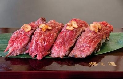【写真を見る】門崎熟成肉 格之進の「門崎熟成肉塊焼~寿司スタイル~」(1400円)。熟成肉の肉脂を使用し、ニンニクの風味を効かせたガーリックライスをシャリに/肉フェス TOKYO 2016 春