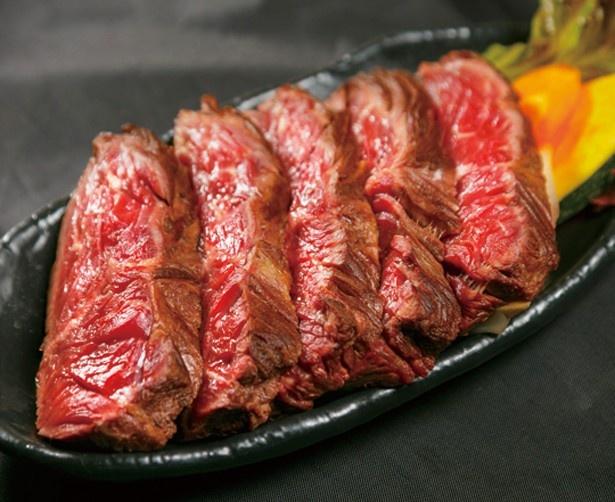 焼肉 清左ヱ門 六本木店の「ハラミのレアステーキ」(1400円)。昨年春秋の肉フェス(お台場、幕張)で2冠を達成した名店が、ハラミの希少部位「さがり」を使用/肉フェス TOKYO 2016 春