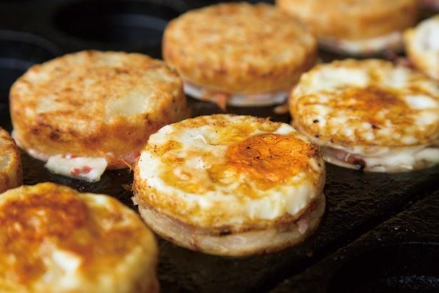 静岡・富士市のお好み焼きと卵を合わせて焼くご当地グルメ「おこたま」(1個300円)。今回は具に静岡産桜エビを使用/全国ご当地大グルメ祭2016