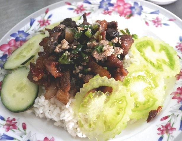 「バーイサイッチュルーク」(700円予定)。香ばしく焼いた豚肉をアツアツご飯と一緒に食べる、カンボジア朝食の定番フード/カンボジアフェスティバル2016 ※写真はイメージ